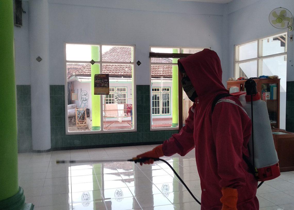 Foto : Penyemprotan di Masjid Al-Husain Desa Ngadilangkung, Kec. Kepanjen