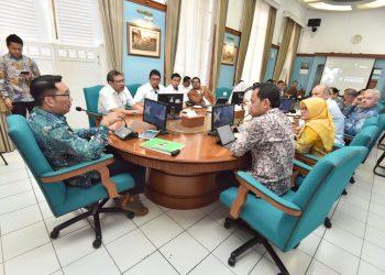 Foto: Gubernur Jabar Ridwan Kamil melakukan audiensi dengan perusahaan asal Inggris Plastic Energy Ltd. terkait pembangunan pengolahan sampah plastik jadi biodiesel, di Gedung Pakuan Kota Bandung.