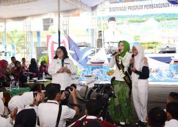 FoBunda Literasi Jawa Barat Atalia Ridwan Kamil saat mengunjungi SMK Negeri 1 Pangandaran dalam rangka Sarling (Siaran Keliling) Jabar ke-15 di Kabupaten Pangandaran.