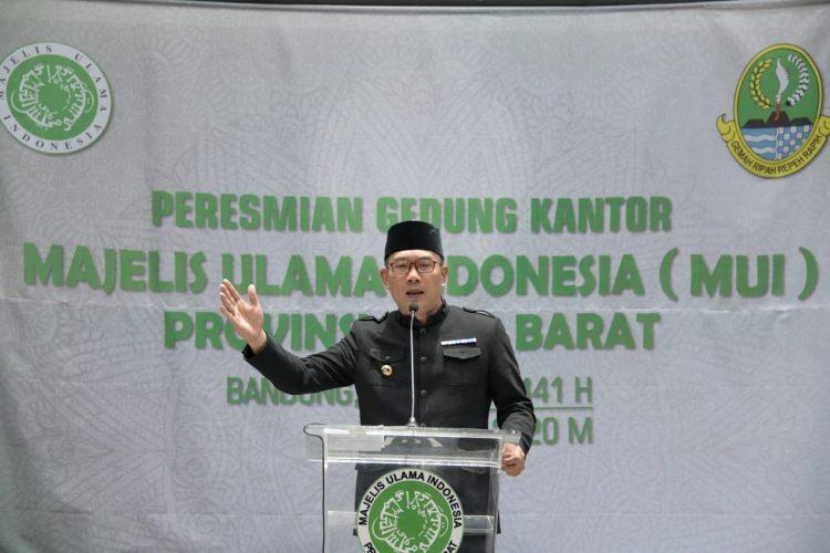 Foto: Gubernur Jawa Barat Ridwan Kamil saat meresmikan gedung Majelis Ulama Indonesia (MUI) Jabar setelah direnovasi sejak April 2019