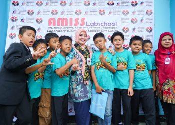 Foto: Lina Marlina Ruzhan membuka ajang The 3rd AMISS Labschool Competition di Aula SD Laboratorium UPI Kampus Cibiru, Kota Bandung
