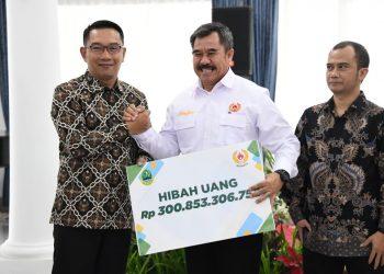 Foto: Gubernur Jabar Ridwan Kamil secara simbolis menyerahkan bantuan hibah pada acara penandatanganan Naskah Perjanjian Hibah Daerah antara Dispora Provinsi Jabar dan Organisasi Penerima Hibah di Gedung Pakuan.