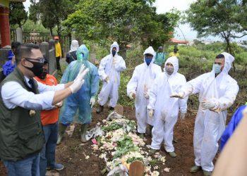 Foto: Gubernur Jabar Ridwan Kamil meninjau proses pemakaman pasien COVID-19 di TPU Cikadut