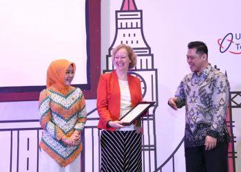Foto: Ketua TP PKK Provinsi Jabar Atalia Ridwan Kamil menghadiri seminar 'Tech To Impact' yang digelar Kedutaan Besar Inggris melalui UK-Indonesia Tech HUB di The Trans Luxury Hotel Bandung