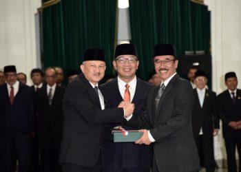 Foto: Gubernur Jawa Barat Ridwan Kamil saat melantik Setiawan Wangsaatmaja sebagai Sekretaris Daerah (Sekda) Provinsi Jabar definitif di Gedung Sate.