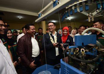 Foto: Gubernur Jawa Barat Ridwan Kamil dan Atalia Ridwan Kamil saat mengunjungi Kampung Kaos Kaki di Desa Cikondang.
