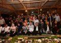 Foto: Gubernur Jawa Barat (Jabar) Ridwan Kamil saat makan bersama atau 'ngaliwet' dengan ratusan warga di Kampung Toga, Desa Sukajaya, Kecamatan Sumedang.