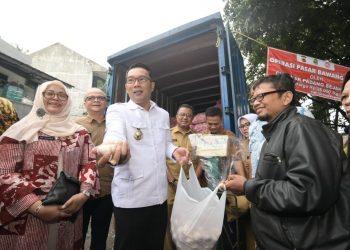 Foto: Gubernur Jawa Barat (Jabar) Ridwan Kamil meninjau langsung pelaksanaan operasi pasar di Pasar Astanaanyar, Kecamatan Astanaanyar, Kota Bandung.