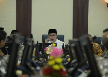 Foto: Gubernur Jawa Barat Ridwan Kamil saat menghadiri rapat koordinasi dengan pimpinan DPRD Jabar terkait perkembangan COVID-19 di Gedung Sate