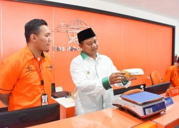 Foto: Wakil Gubernur Jawa Barat Uu Ruzhanul Ulum saat mengunjungi Kantor Pos Tasikmalaya di Kota Tasikmalaya.