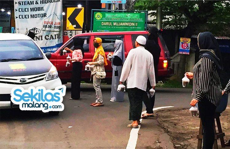 Foto: DPC PPP Malang bagikan 1000 Takjil Gratis buat Pengguna Jalan.