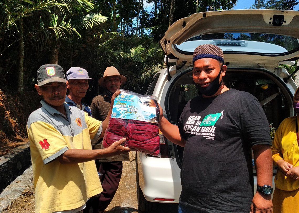 Foto: Pembagian masker kepada masyarakat oleh satgas lacov 19 dan SMK Cendika Bangsa di Dampit