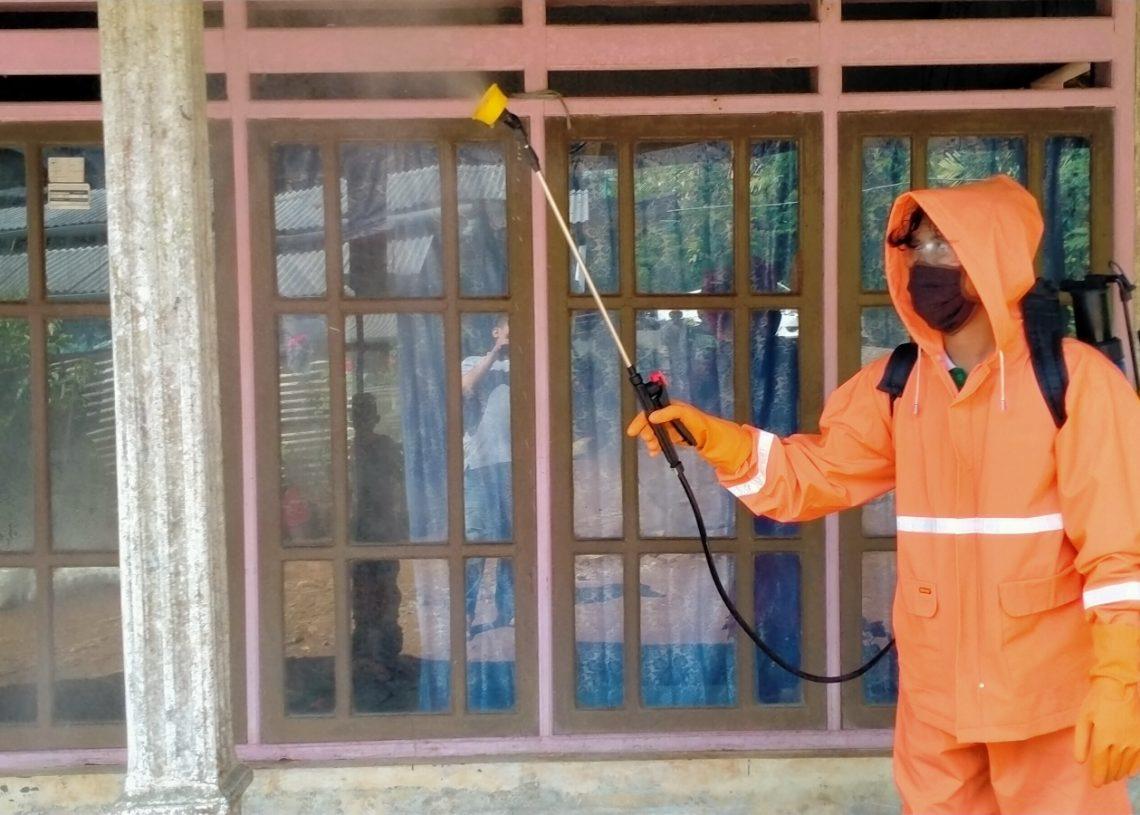 Foto: Penyemprotan disinfektas di rumah warga desa sukodono Dampit oleh satgas lacov19