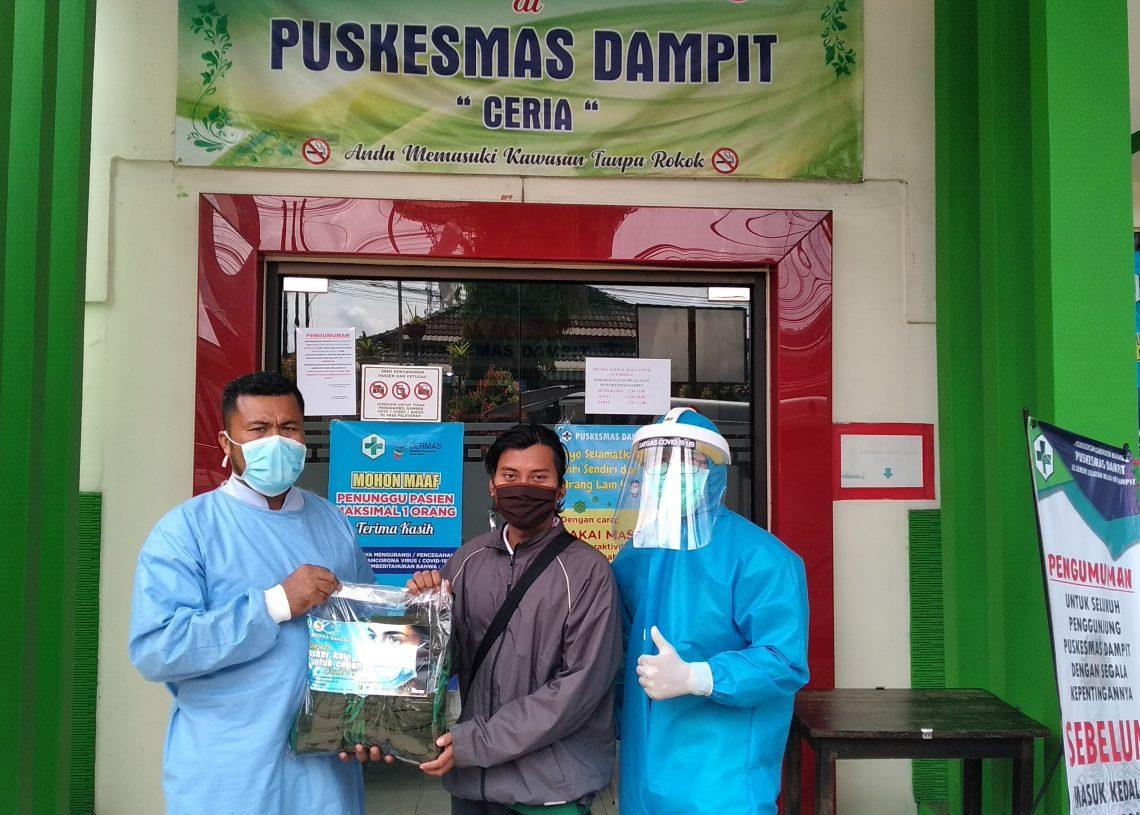 Foto: Bantuan 200 masker ke puskesmas Dampit oleh satgas lacov19 dan SMK Cendika Bangsa
